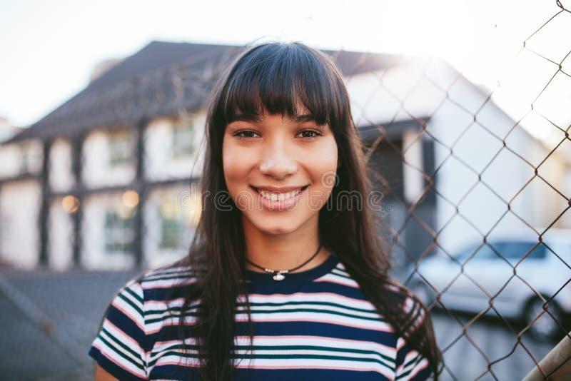 Mulher latino-americano que olha a câmera e o sorriso fotos de stock