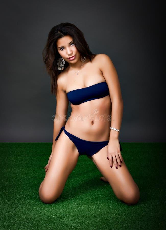 Mulher latino-americano 'sexy' no biquini fotografia de stock royalty free