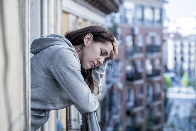 Mulher latino bonita nova que olha triste e deprimida em um balcão em um conceito da depressão fotos de stock royalty free