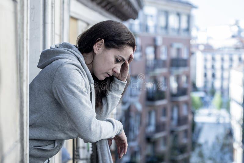 Mulher latino bonita nova que olha triste e deprimida em um balcão em um conceito da depressão imagens de stock