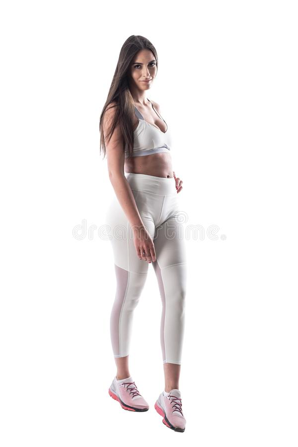 Mulher latino nova sedutor do modelo da aptidão da beleza que levanta e que sorri na câmera imagem de stock