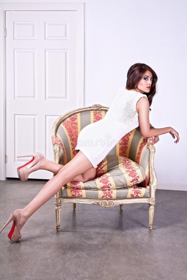 Mulher Leggy na cadeira foto de stock