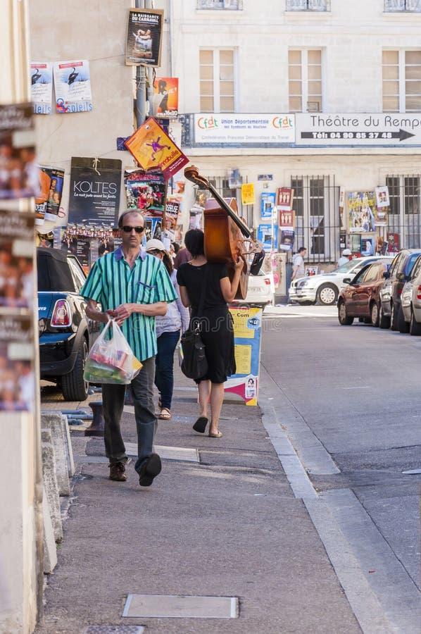 A mulher leva o contrabaixo durante o festival de Avignon fora fotografia de stock royalty free