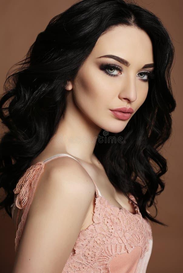 Mulher lindo com composição do cabelo escuro e da noite fotos de stock