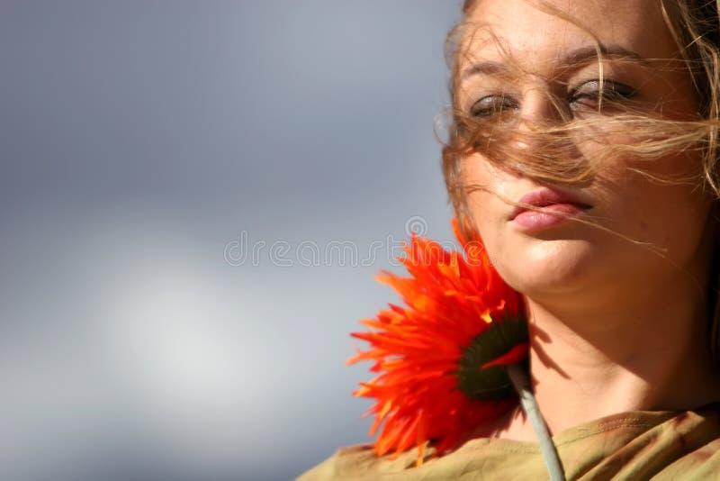Mulher lindo com flor imagens de stock royalty free