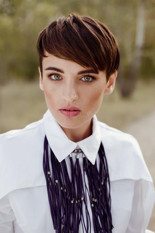 Mulher lindo com o cabelo curto que levanta fora fotografia de stock royalty free