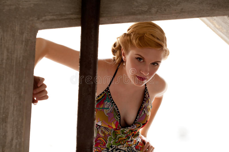 Mulher lindo com penteado retro imagem de stock royalty free