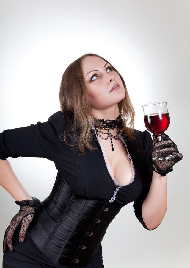Mulher lindo com vinho vermelho imagem de stock