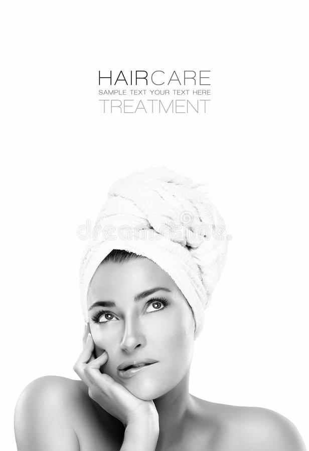 Mulher lindo dos termas com uma expressão pensativa Conceito de Haircare imagens de stock