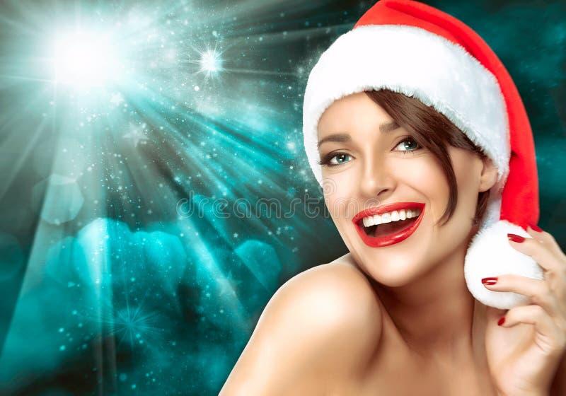 Mulher lindo em um chapéu de Santa do Natal Sorriso grande bonito fotografia de stock royalty free