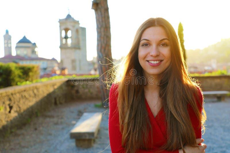 Mulher lindo feliz que aprecia o sol do terraço italiano da cidade imagens de stock