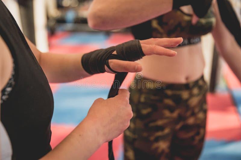 Mulher lindo, lutador do Muttahida Majlis-E-Amal no gym durante o treinamento Preparação para um fósforo prendido duro foto de stock royalty free