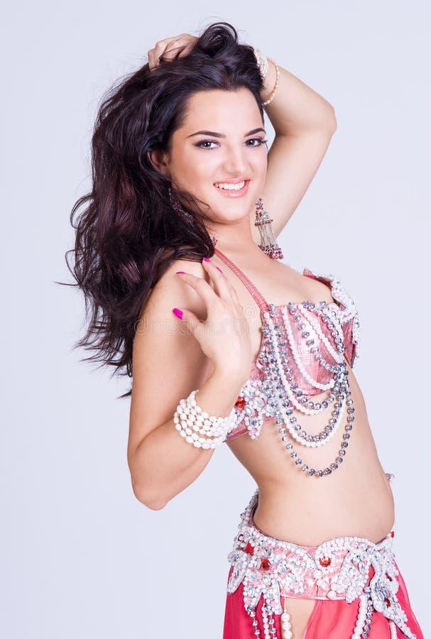 Mulher lindo na dança oriental do traje imagens de stock