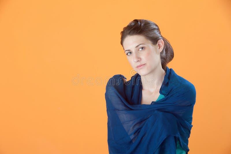 Mulher lindo no xaile imagem de stock royalty free