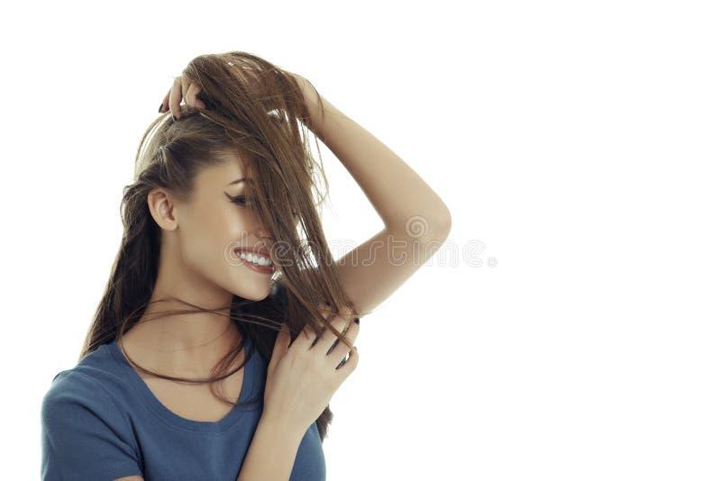 Mulher lindo que joga com cabelo imagens de stock