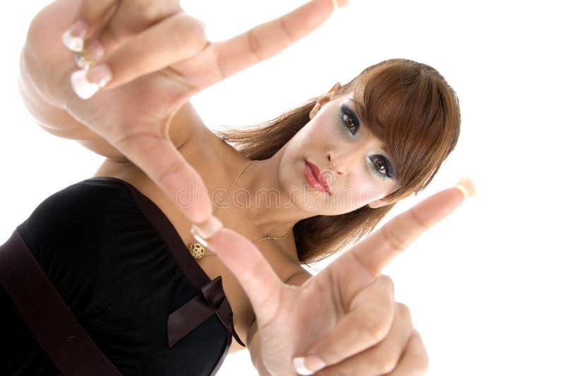Mulher lindo que mostra o gesto de mão imagem de stock royalty free