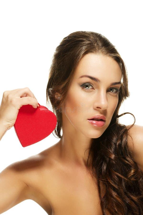 Mulher lindo que prende o coração vermelho fotografia de stock royalty free