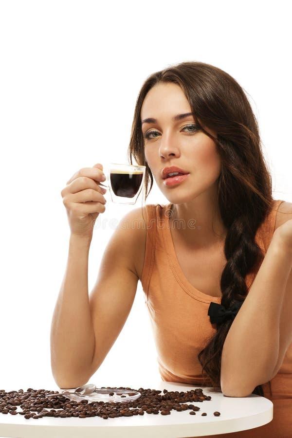 Mulher lindo que senta-se em uma tabela com café co fotografia de stock royalty free