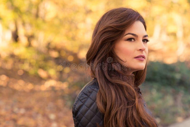 A mulher lindo relaxa no outono fotografia de stock royalty free