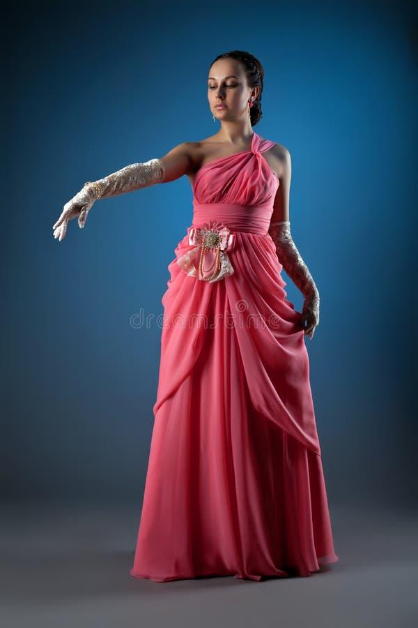 A mulher lindo vestiu-se no pano cor-de-rosa da forma imagens de stock