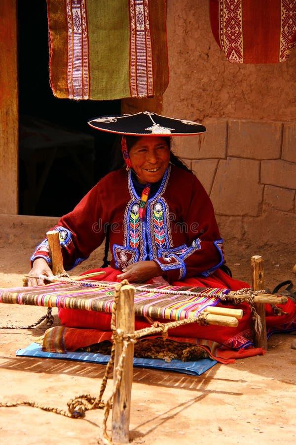 Mulher local da vila em Raqchi. Peru foto de stock