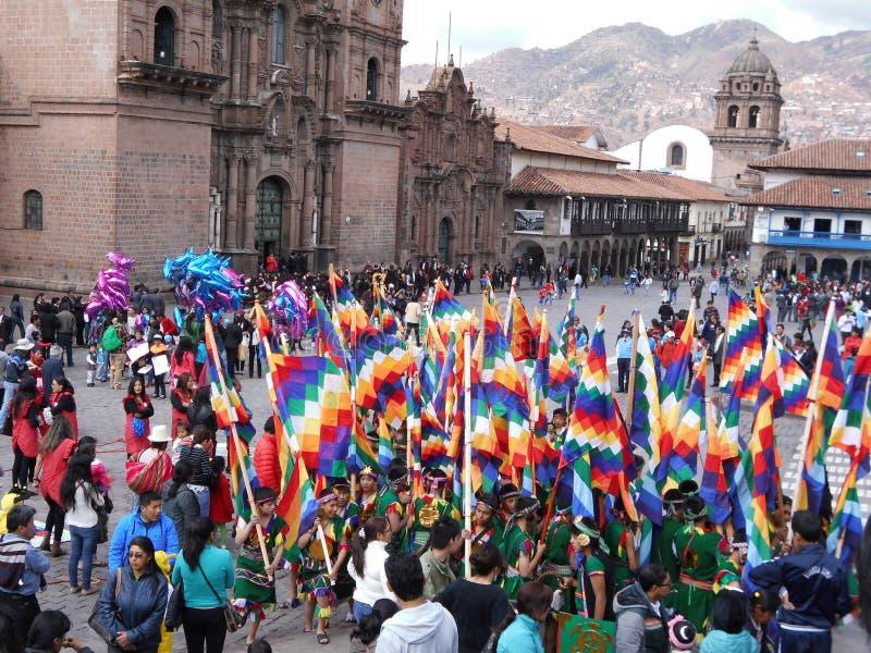 A mulher local que faz malha na rua está representando a tradição local em Cuzco fotos de stock
