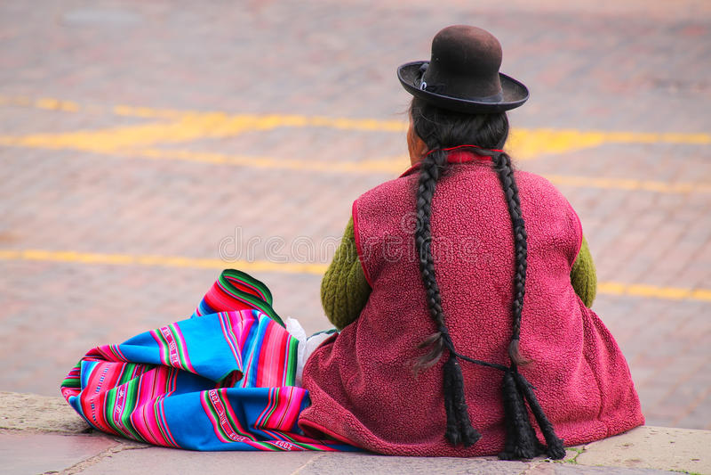 Mulher local que senta-se em Plaza de Armas em Cusco, Peru fotografia de stock