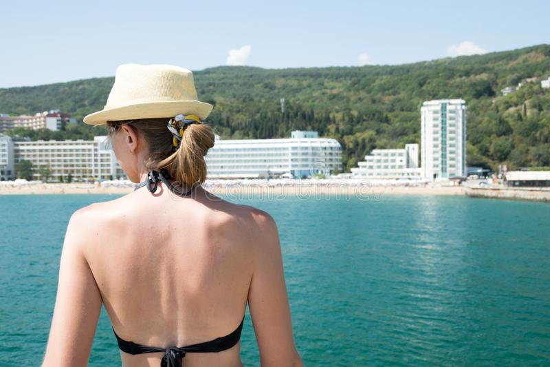 Mulher loira no cenário da praia arenosa do resort do Mar Negro foto de stock royalty free
