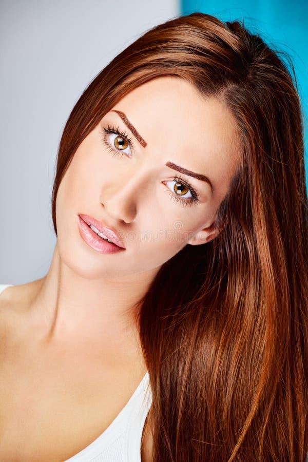 Mulher longa do brunette do cabelo foto de stock royalty free