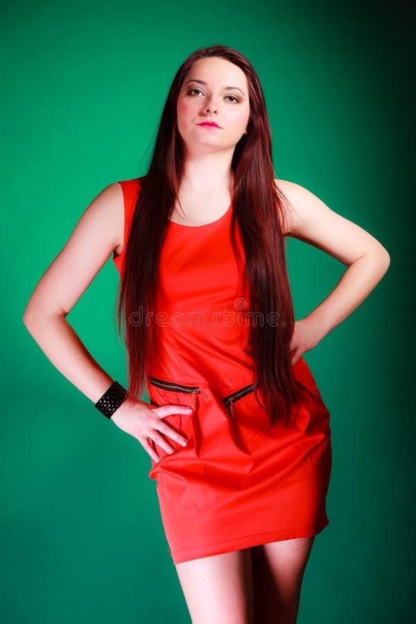 Mulher longa do cabelo no vestido vermelho fotografia de stock