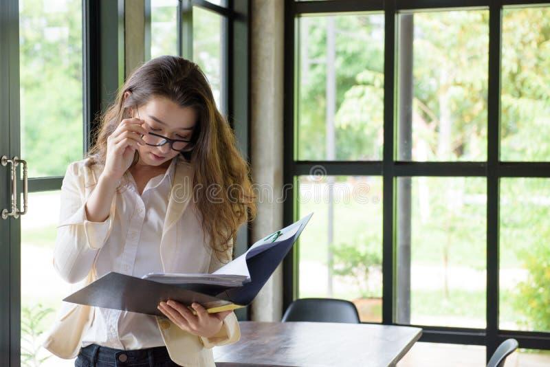 mulher longa do lerdo do cabelo da Misturado-raça no vestido ocasional que olha algum fotografia de stock