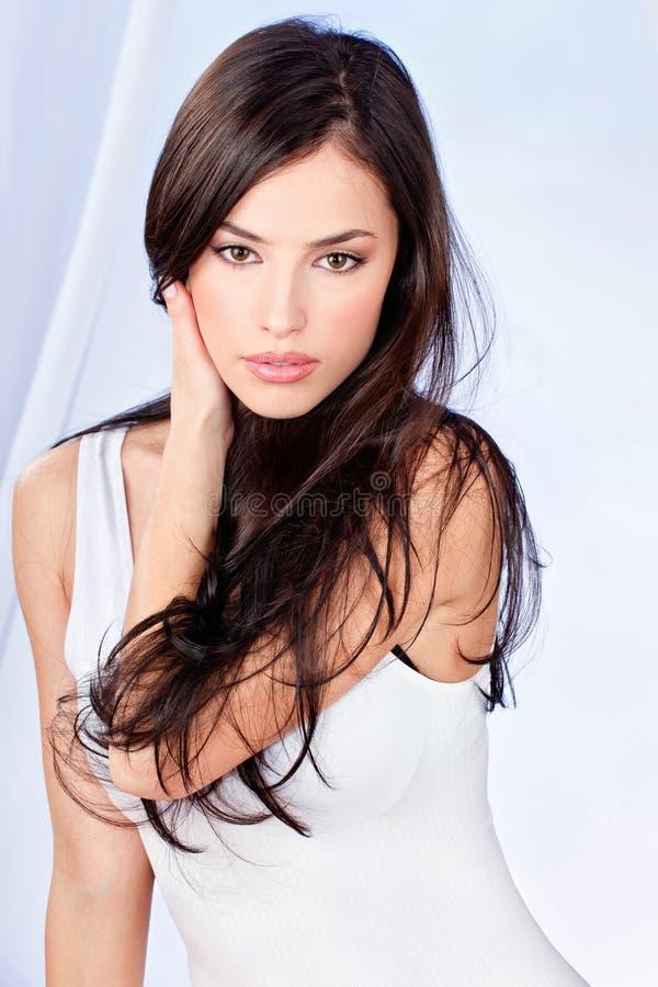 Mulher longa triguenha do cabelo fotos de stock