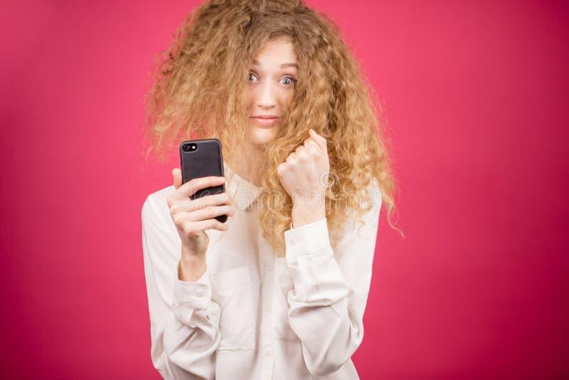 A mulher louca com cabelo funky está fazendo imagens imagens de stock