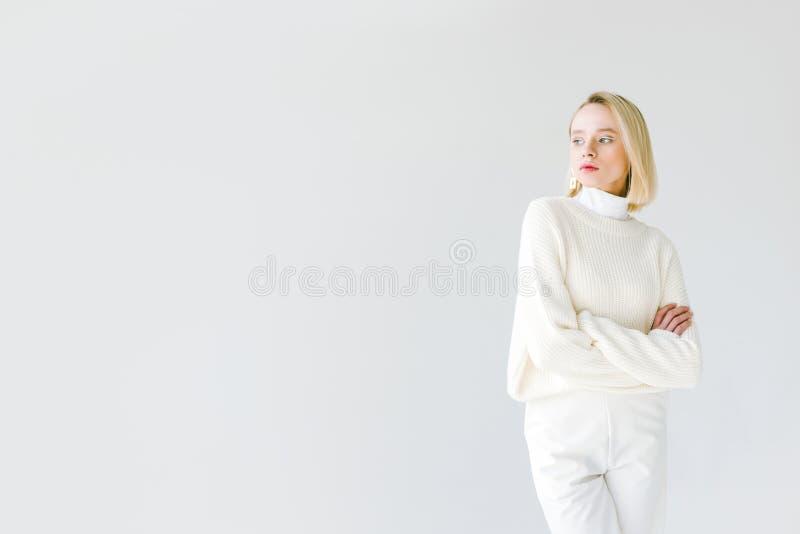 mulher loura à moda bonita na roupa branca que está com braços cruzados imagens de stock royalty free