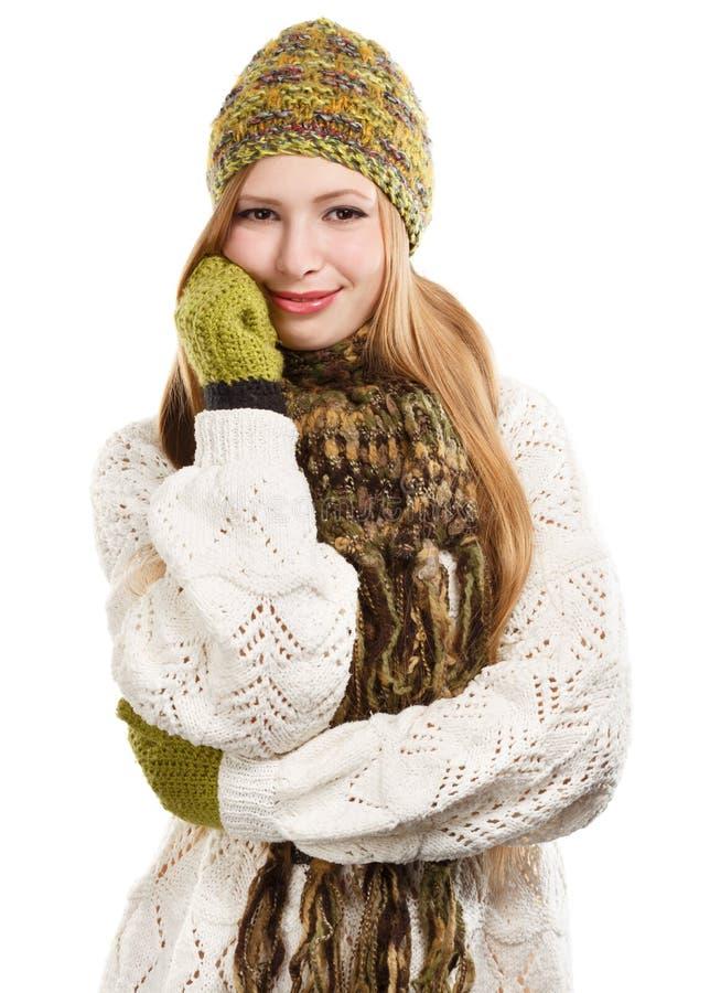 Mulher loura à moda bonita nova no knitt variegated do fio de mescla imagens de stock royalty free