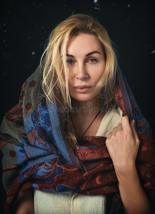 Mulher loura à moda com um lenço que cobre seus cabeça e ombros fotos de stock royalty free