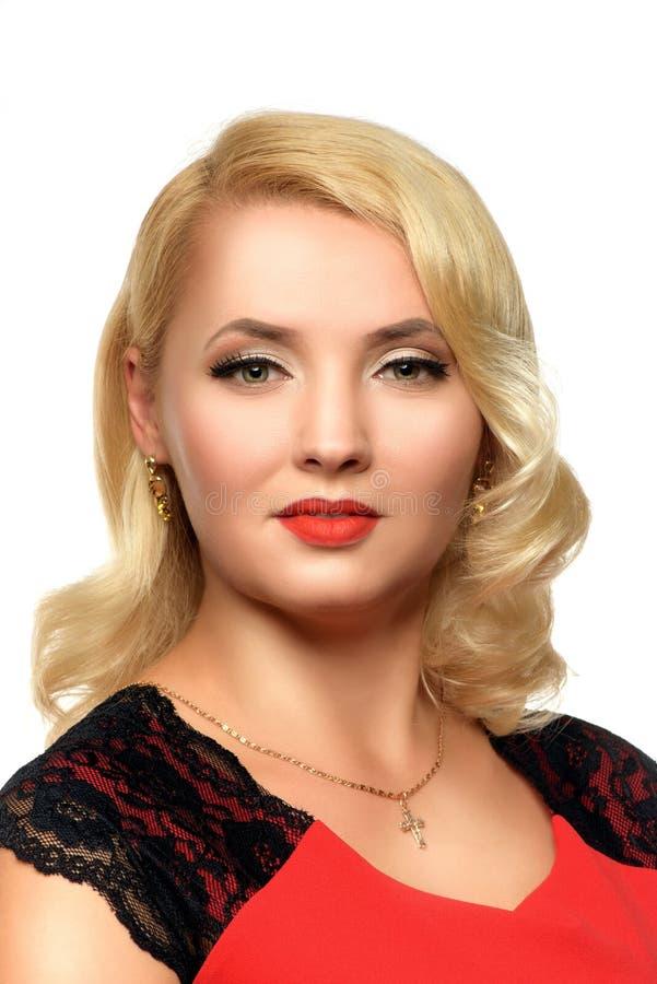 Mulher loura à moda em um vestido vermelho fotos de stock royalty free