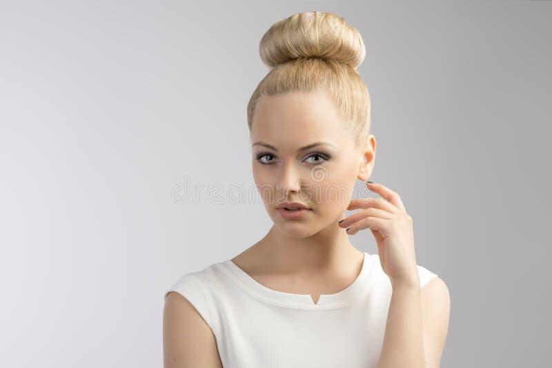 Mulher loura agradável com penteado imagem de stock