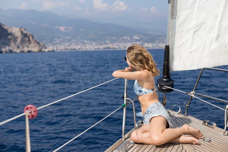 Mulher loura apta que aprecia a navigação imagem de stock royalty free