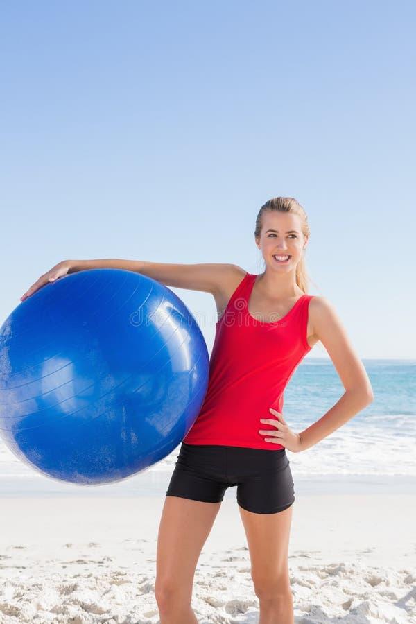 Mulher loura apta que guarda a bola do exercício fotos de stock