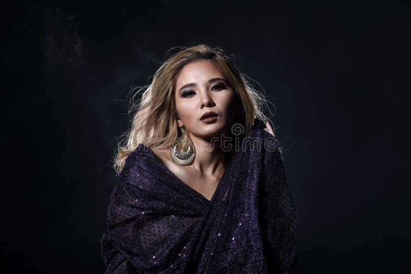 Mulher loura asiática do cabelo da onda, ombros abertos do retrato com purpl imagem de stock