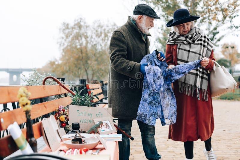Mulher loura atenta que olha o lenço azul fotografia de stock