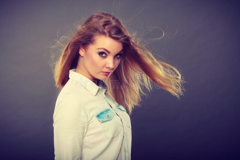 Mulher loura atrativa com cabelo windblown imagem de stock royalty free
