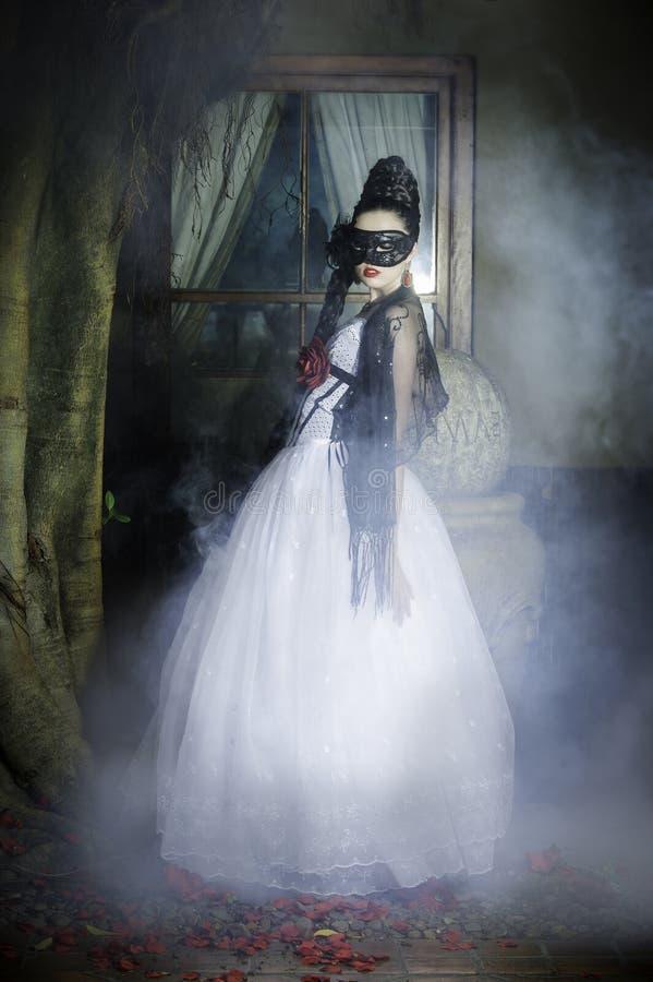 Mulher loura atrativa na escadaria urbana imagens de stock royalty free