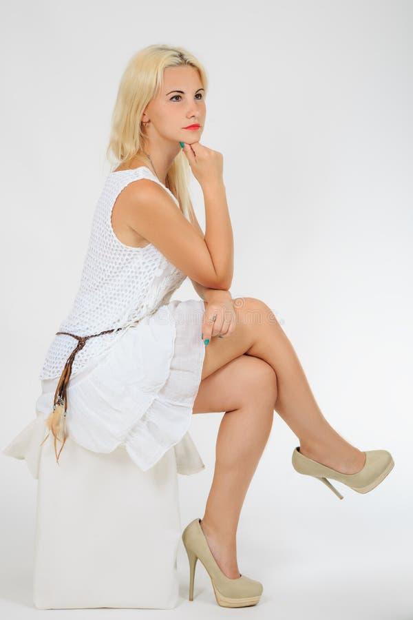 Mulher loura atrativa nova do modelo de forma foto de stock royalty free