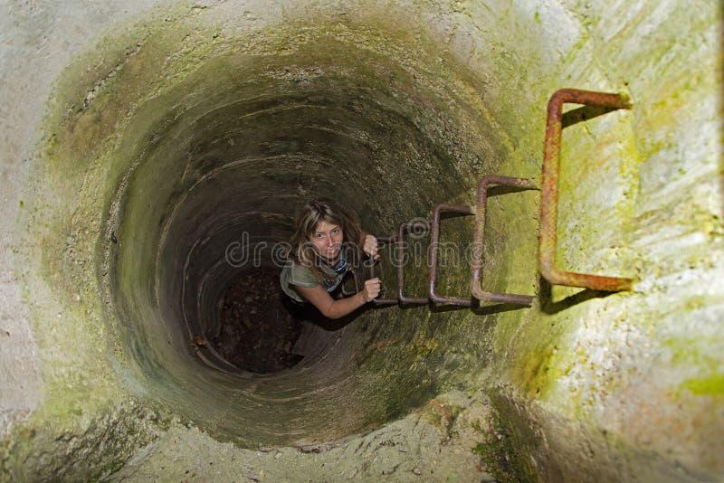Mulher loura atrativa que escala as escadas fotografia de stock