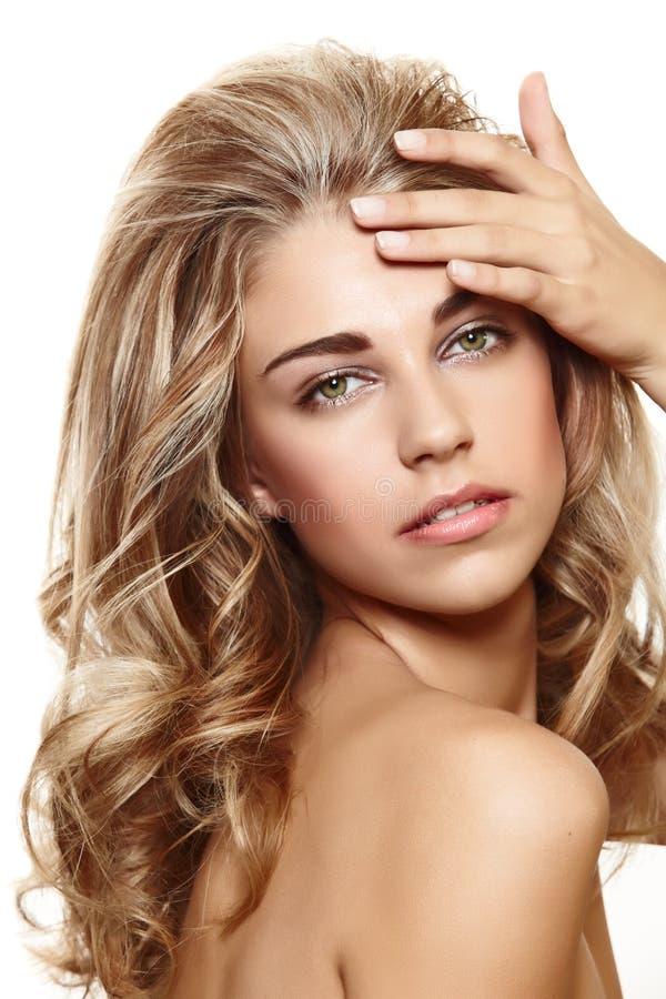 Mulher loura bonita com cabelo curly imagem de stock royalty free