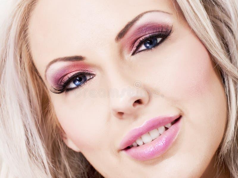 Mulher loura bonita com composição cor-de-rosa e bordos fotos de stock