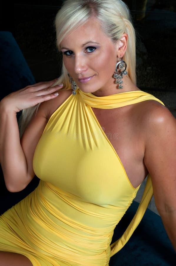Mulher loura bonita com figura curvy fotografia de stock