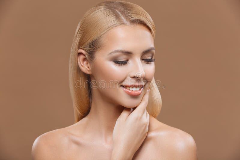 mulher loura bonita com pele perfeita e cabelo longo, fotos de stock royalty free